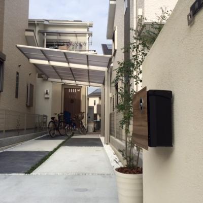 玄関までの細長いアプローチも舗装にアクセントをつけて