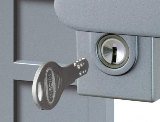 ディンプル錠。外側の鍵穴まわりには夜間でも確認しやすい蓄光樹脂を採用