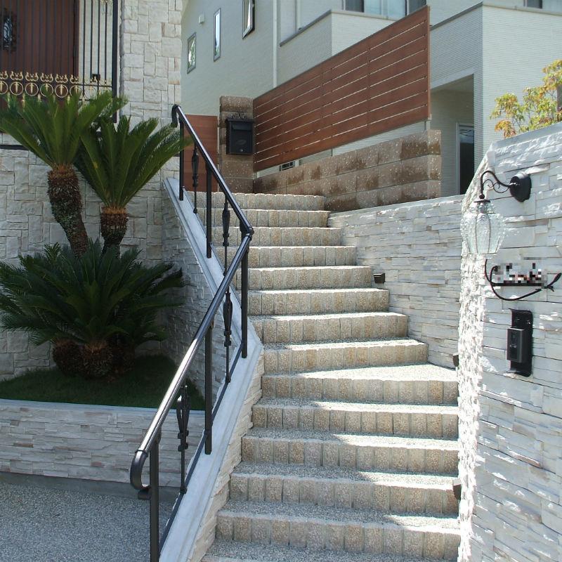 ガレージ2台分・オリジナル門柱・アプローチ階段・植栽・照明