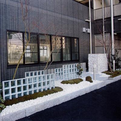 ガラスブロックが特徴的なモダンデザインのマンションファサード