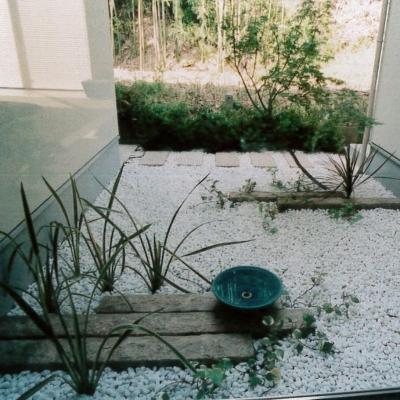 敷き詰められた白玉石が陽の入りにくいスペースを明るく