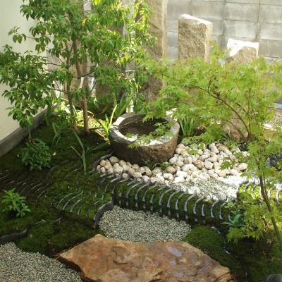 耐陰性の強い植栽と水鉢で潤いを
