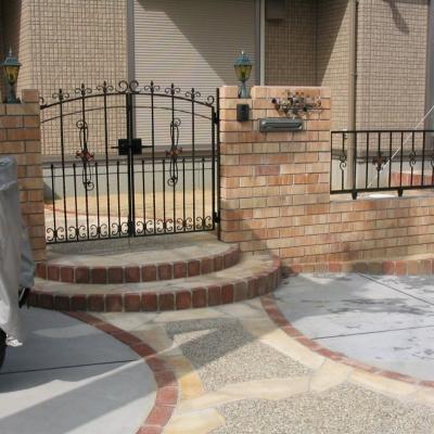 アイアンの門扉とレンガが特徴的な南欧風の門まわり