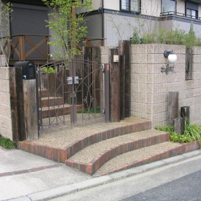 枕木と鋳物門扉を使用した自然風の門まわり