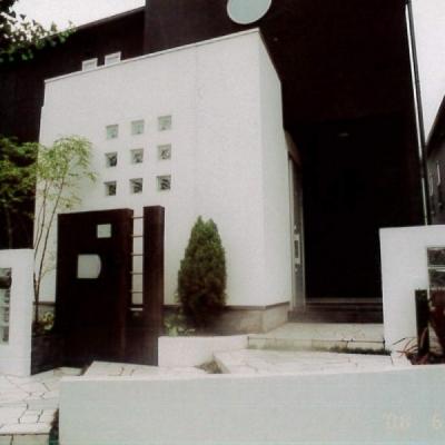 モダンな建築との調和を考慮しつつナチュラルな枕木を活用したオリジナル門柱