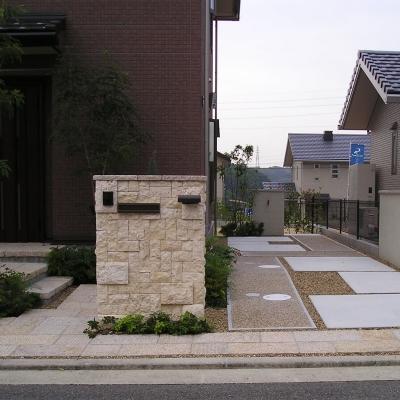 天然石を使った存在感のある門柱