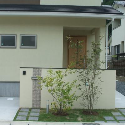 植栽+低めの門柱を利用した玄関前の目隠しプラン