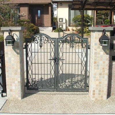 シンメトリックに門灯を配置したクラシカルな門柱