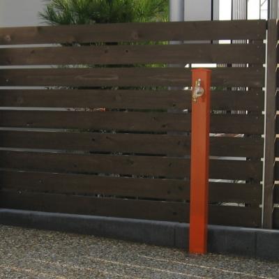 オーソドックスなデザインながらビビッドなカラーがアクセントになる立水栓