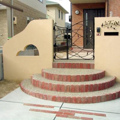 半円の階段と個性的なデザインが特徴の塀
