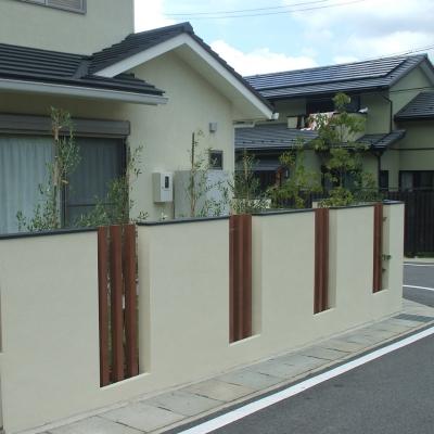 木調の角柱を組み込んで圧迫感を無くした塀