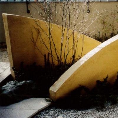 低めの塀、シャラを植栽、ちょっとしたオブジェのような空間