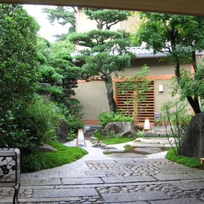 洗練された庭園でお客様をお迎えする、某料亭の前庭。