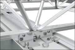 【接合部】プレートトラスは梁にボルトで接合しています。
