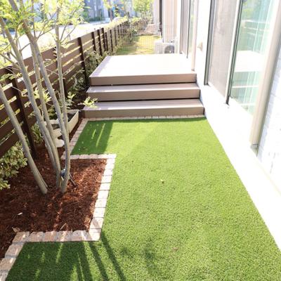 人工芝+ウッドデッキの庭