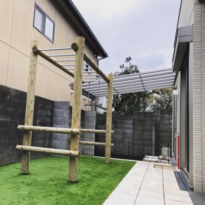 お子様とわんちゃんが遊ぶ遊具のあるお庭