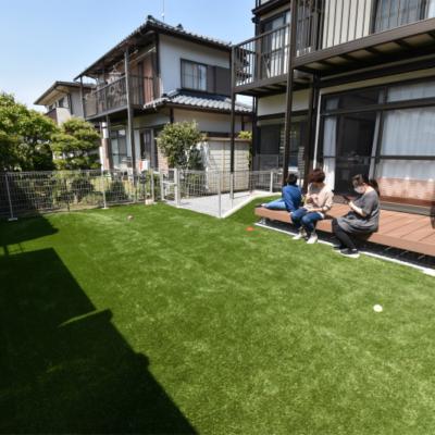 雑草が少なく、手入れが簡単で愛犬と過ごせる庭